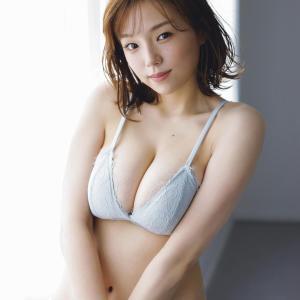 【画像】4年振りに下着グラビアを披露した篠崎愛がこちらです