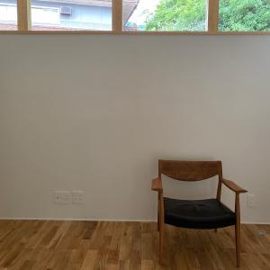 オークのフローリングにウォールナットの家具