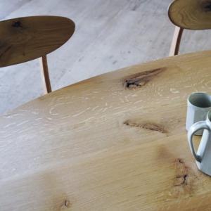 節ありナラ材の楕円テーブル