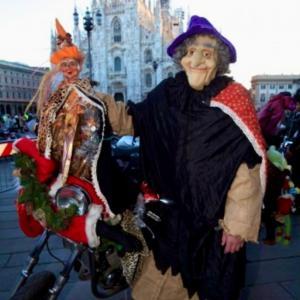 BEFANA MILANESE ミラノの魔女 ベファーナはホウキじゃあないよ バイクで来たよ!