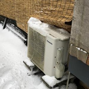 吹雪の中のエアコン工事
