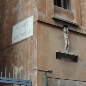 ローマの角地の碑文と建物、ローマの小道散策