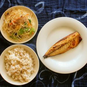 さばの昆布白醤油干し と ビーフンと野菜のそぼろ炒め。