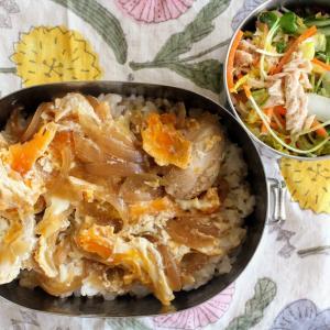 親子丼 と ツナと白菜のあえもの/みそ汁。