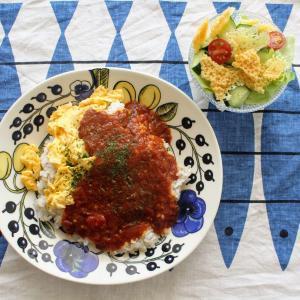 ふわとろ卵のミートソースオムライス と パリパリチーズサラダ。