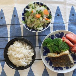 白身魚のムニエル と キャベツとそぼろ塩煮。