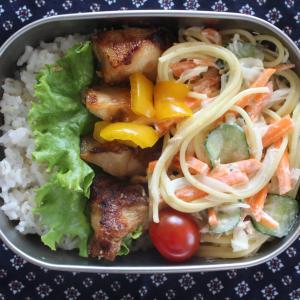 鶏肉の生姜焼き と ツナと胡瓜のさっぱりスパゲティサラダ。