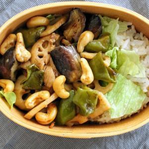 鶏肉とカシューナッツのバルサミコ炒め と 玉子スープ。