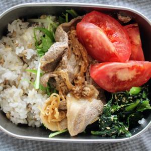 豚の生姜焼き と 小松菜のごまあえ/豆腐のお吸い物。