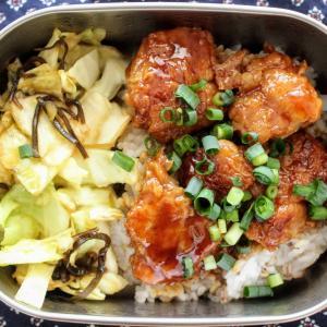 炭火若鶏きじ焼丼 と 梅とろろスープ/キャベツのこぶあえ。