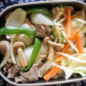 牛肉ときのこの黒こしょう炒め と ベーコンと野菜のレンジ蒸し/刺身こんにゃく。