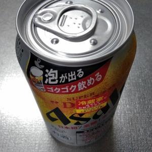 ジョッキの泡ができる缶ビール