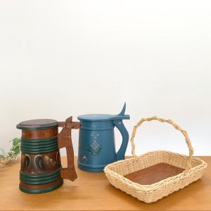 籐とチークのかご、木製ビアカップ