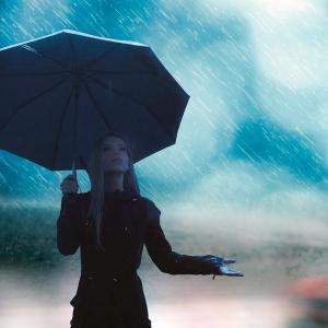 【悲報】人類さん、700年以上も傘を進化させられない