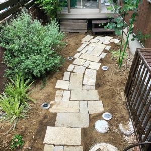 狭い庭に小道を作る