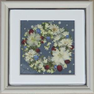 白い花の小さなクリスマス・リース