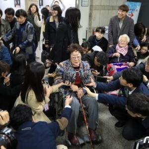 【極悪非道】元慰安婦「14歳の時に日本に連行され、神風部隊で電気拷問を受けた」元慰安婦が法廷で跪いて泣き叫んだ一言‥ 韓国の反応