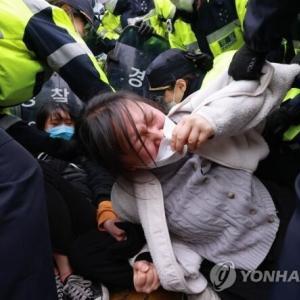 韓国人が日本大使館前で発狂!旭日戦犯旗を引き裂きながら「安全なら日本人が飲め!」と福島汚染水放流を糾弾 韓国の反応