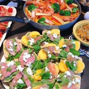 カッテージチーズと生ハムと季節の果物のオープンサンド♪