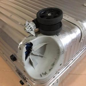 リモワスーツケースの車輪がもげました。