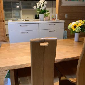 ダイニングテーブルで使うモノの収納法(キッチンテーブルにつるす・貼りつける)