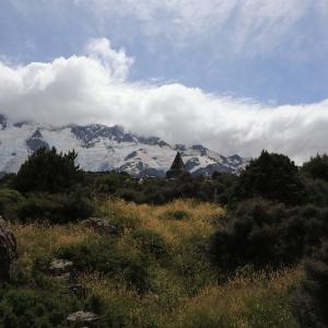 好天のフッカーバレーハイキングで、マウントクックの頂上を拝む