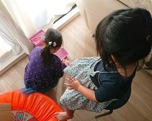 4歳児と1歳児どうしを遊ばせる