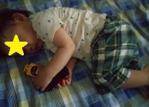 寝るときにおもちゃを両手に持たせてみたら