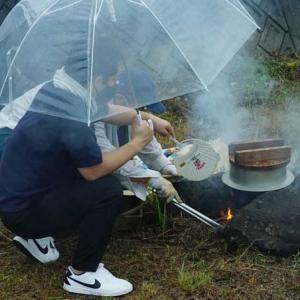 小雨の中、おこなわれた無縁仏を供養する「川めし」・2021