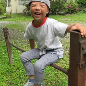 鉄棒に座れたら、なぜか大爆笑の息子