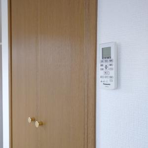 【セリア】リモコンの壁掛けに便利なフック。