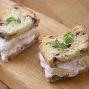 トレーダージョーズのパン 甘さのあるパンとヨーグルトで、さっぱりフルーツサンド