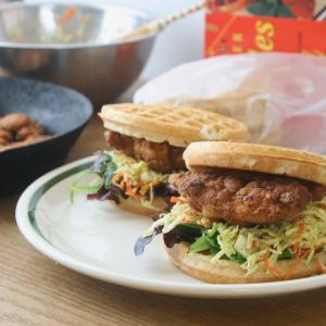 トレーダージョーズの冷凍食品 カフェのまねをしたワッフルサンドイッチ