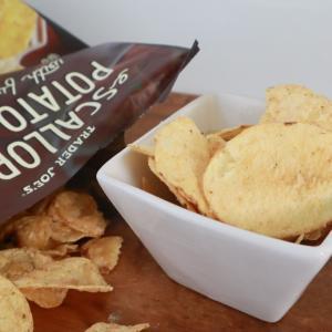 トレーダージョーズのお菓子 5種のチーズを使ったチーズ味のポテトチップス
