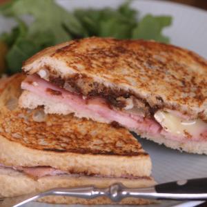トレジョのチーズ 自家製フィグジャムとブリーでホットサンドイッチ