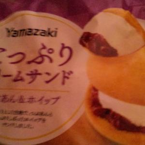 凄いボリューム!ヤマザキたっぷりクリームサンドΣ(・ω・ノ)ノ!