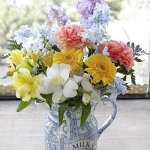 窓辺に生花を飾る