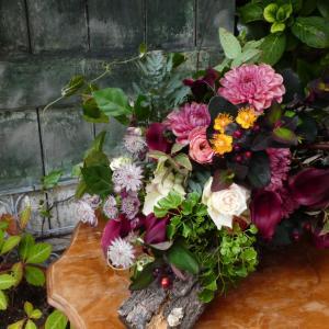 ボルドーカラーの花束
