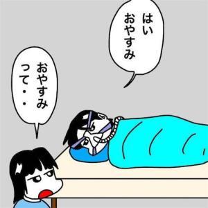 No.2049 長梅雨の夜の冷えでタオルケットに包まって眠る幼稚な父娘