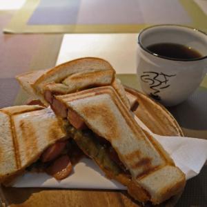 「スペシャルティコーヒー専門店 くつろぎ」ボリュームのあるホットサンドのランチも愉しめます。