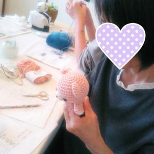お孫さんへのプレゼントからクロッシェカフェの課題作品まで、それぞれに頑張るレッスンです!