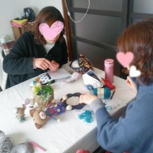 深く広い編み物の世界を楽しんで学んでいる生徒さん。