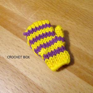 イベント用の黄色地紫線の小さいミトンのブローチが仕上がりました。