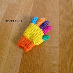 七色の小さい手袋のブローチが仕上がりました。