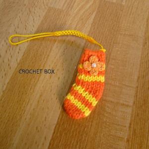オレンジ色の小さい靴下のストラップが仕上がりました。