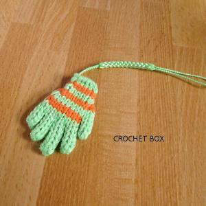 ミニチュア*黄緑地オレンジ線の小さい手袋のストラップが仕上がりました。