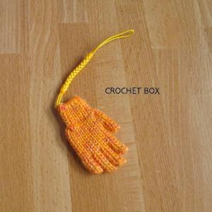 minne(ミンネ)さんへ再販の単色オレンジ色の小さい手袋のストラップが仕上がりました。