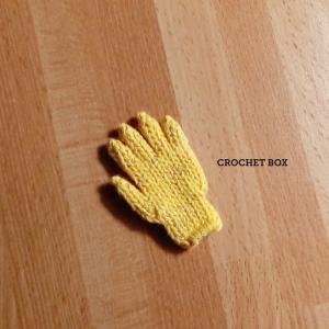 ミニチュアの単色黄色の小さい手袋のパーツが仕上がりました。