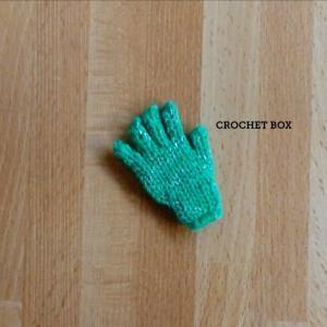ミニチュアの単色緑の小さい手袋のパーツが仕上がりました。
