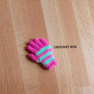 ミニチュア*ピンク地黄緑線の小さい手袋のパーツが仕上がりました。